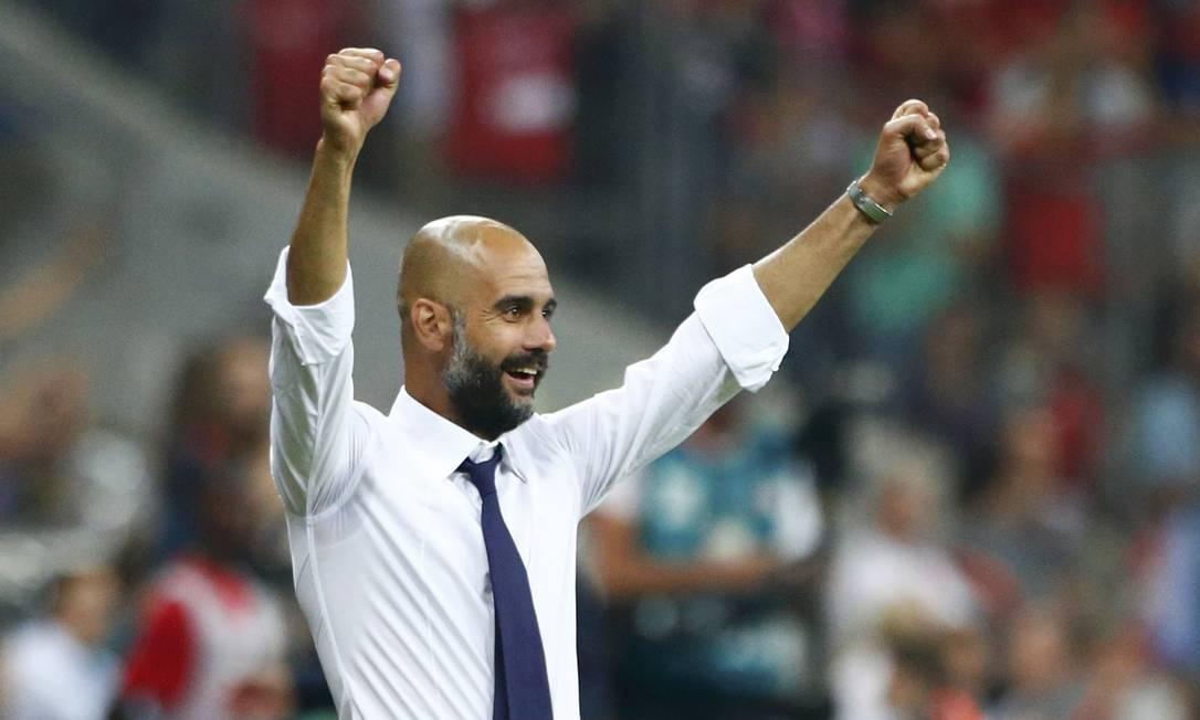 O técnico Pep Guardiola comemora um dos gols desta sexta-feira MICHAELA REHLE / REUTERS