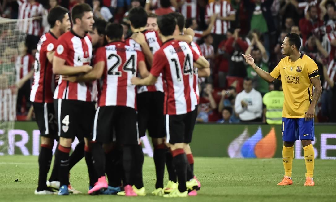 Enquanto jogadores do Bilbao comemoram um dos gols, o brasileiro Adriano gesticula na derrota do Barcelona Alvaro Barrientos / AP