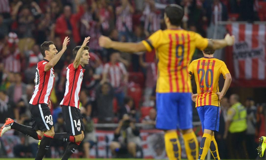 Enquanto Suárez reclama, Aduriz comemora um dos gols do Bilbao contra o Barcelona VINCENT WEST / REUTERS