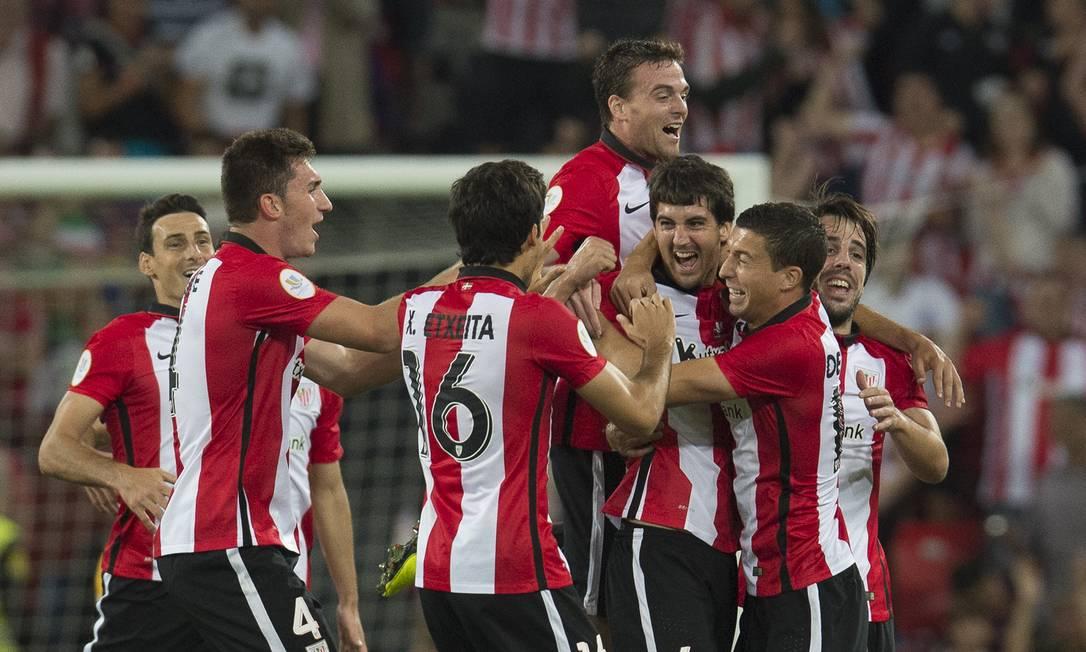 Terceiro à direita, Susaeta comemora seu gol sobre o Barcelona Alvaro Barrientos / AP
