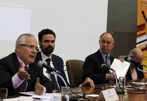 O Jurista espanhol Baltazar Garzón (à esq.) participou de debate da Comissão da Anistia do Ministério da Justiça Foto: Givaldo Barbosa / Agência O Globo