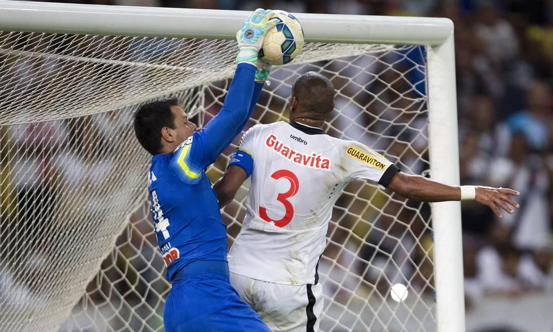 Zagueiro Rodrigo disputa a bola com o goleiro Wilson Guito Moreto / Agência O Globo