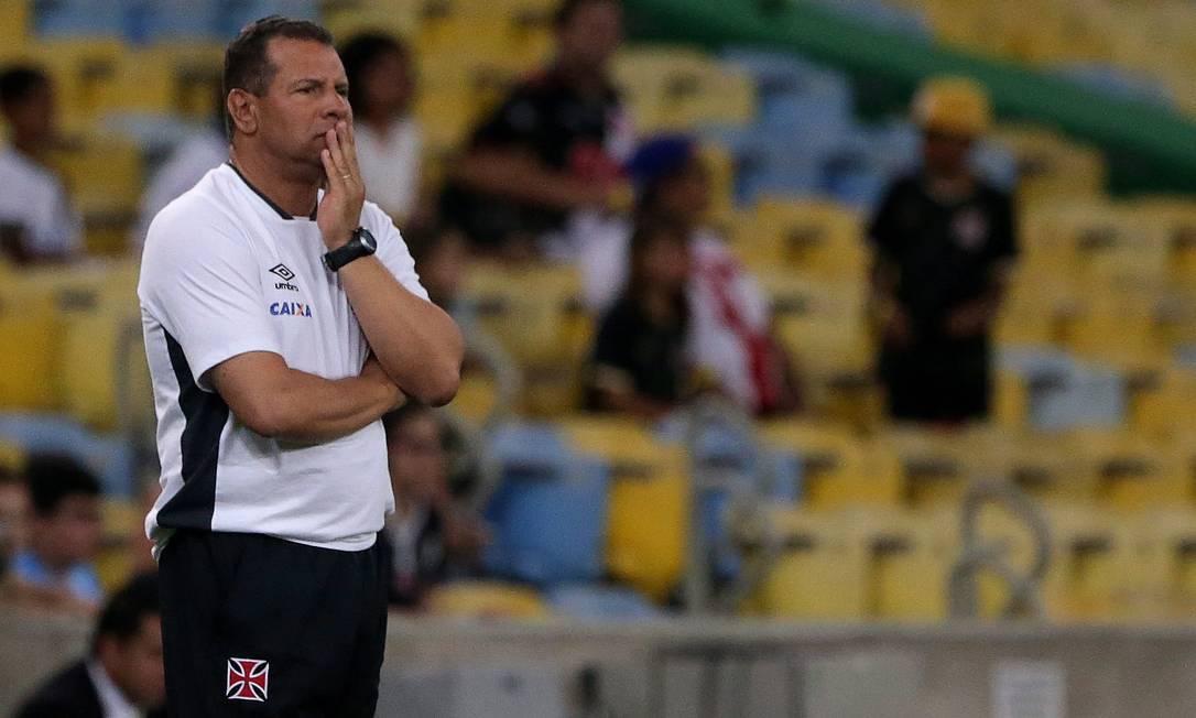 A apreensão do técnico do Vasco, Celso Roth, no primeiro tempo sem gols no Maracanã Rafael Moraes / Agência O Globo
