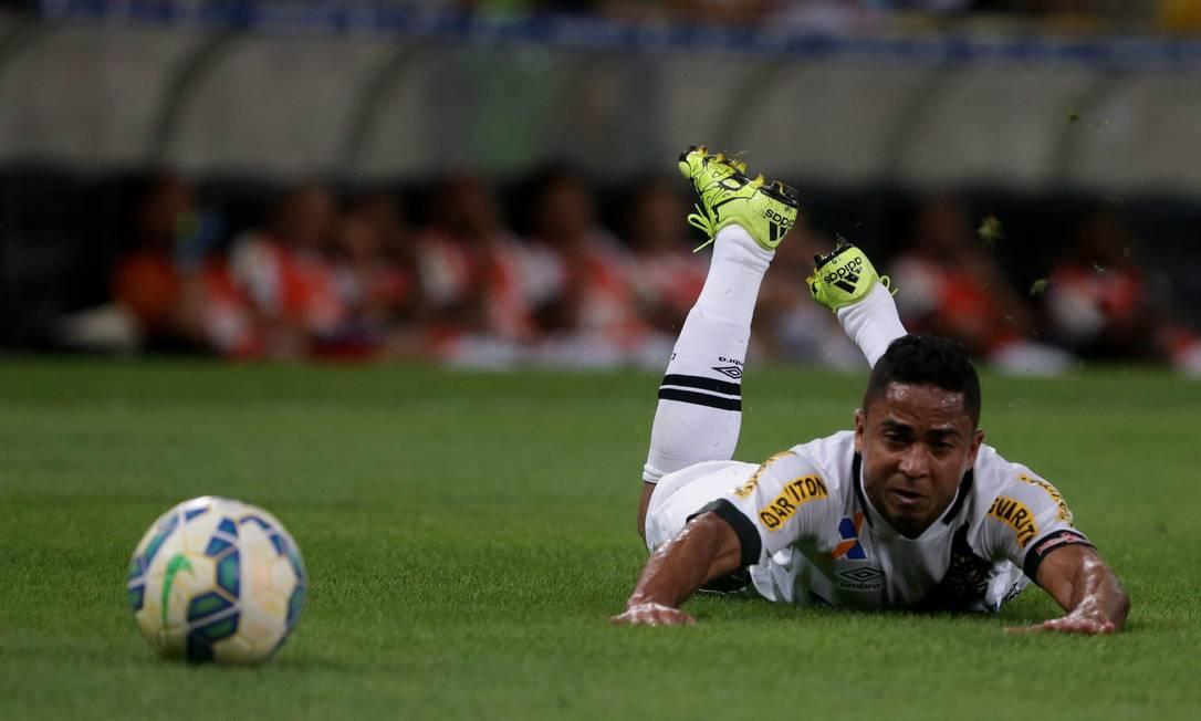 Jorge Henrique observa a bola no Maracanã Rafael Moraes / Agência O Globo