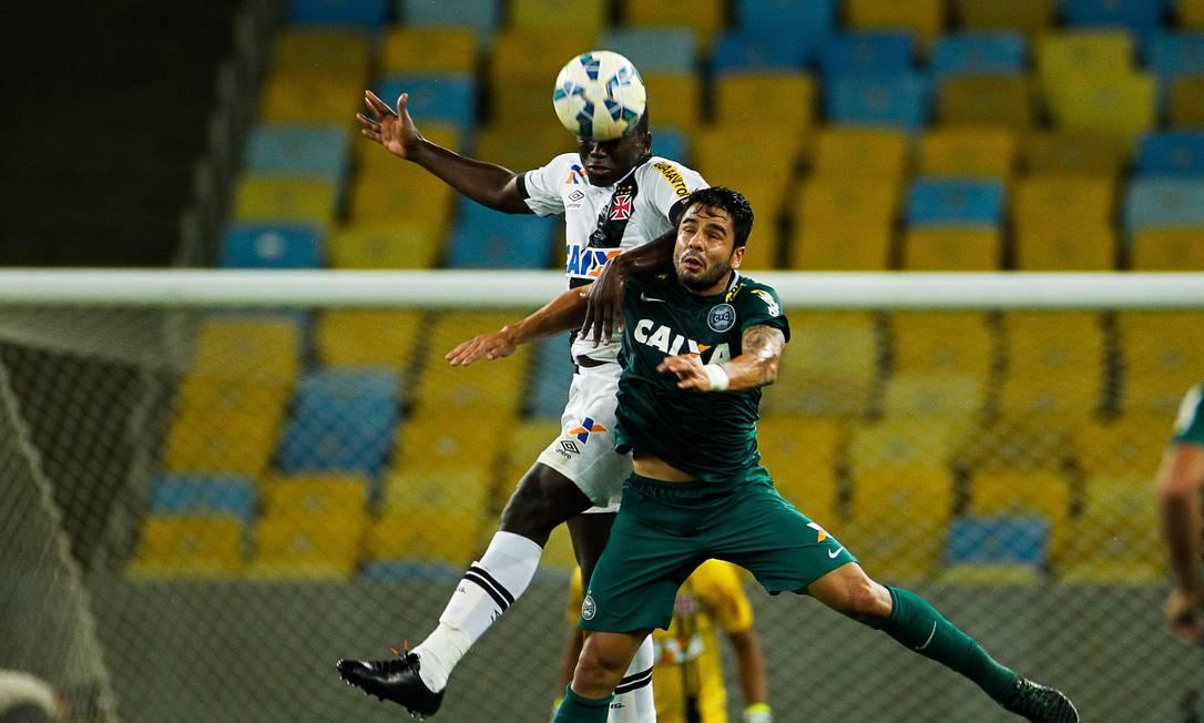 Jomar disputa a bola no alto com atacante do Coxa Guilherme Leporace / Agência O Globo