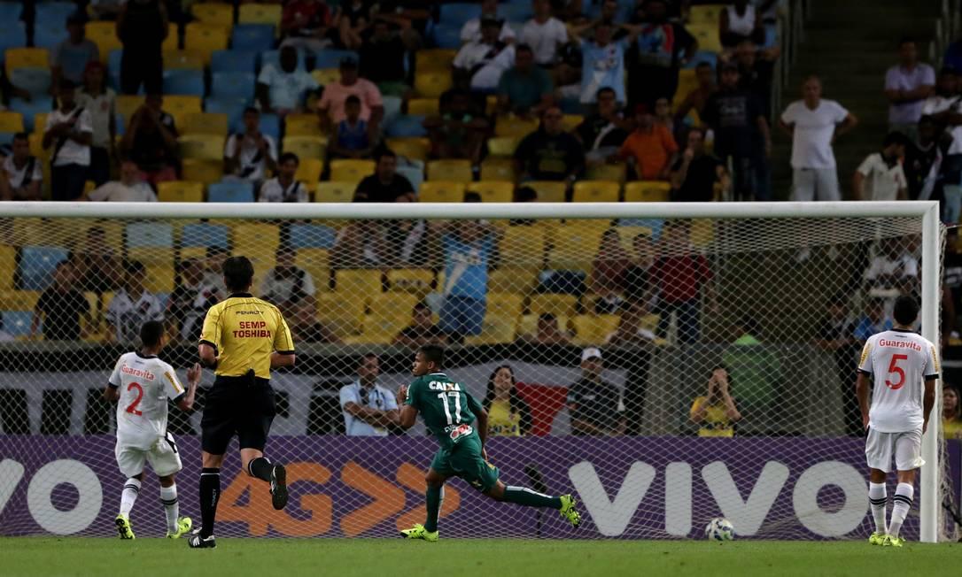 Numero 17, Evandro corre para comemorar o gol da vitória do Coritiba Rafael Moraes / Agência O Globo