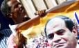 Egípcio carrega foto do presidente Sisi: figura do ex-general, que se promove como comandante de nação em desenvolvimento, é onipresente