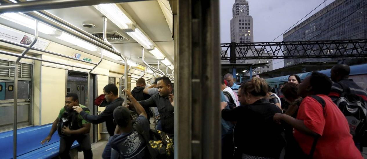 Na Central do Brasil, passageiros disputam lugares num trem do ramal de Japeri Foto: Domingos Peixoto / Agência O Globo