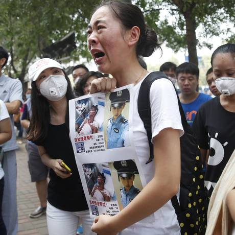 Familiar de um bombeiro desaparecido nas recentes explosões pede mais informações das autoridades sobre a investigação do desastre Foto: STR / AFP