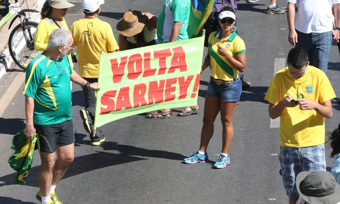 Na manifestação de Brasília, cartaz pedia a volta do ex-presidente José Sarney Foto: Aílton de Freitas / Agência O Globo