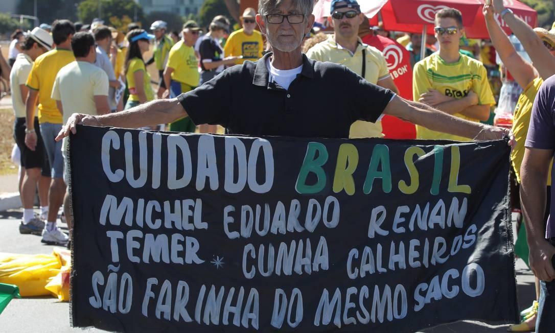 Manifestante levou cartaz com críticas as principais lideranças do Executivo e do Legislativo Foto: Aílton Freitas / Agência O Globo