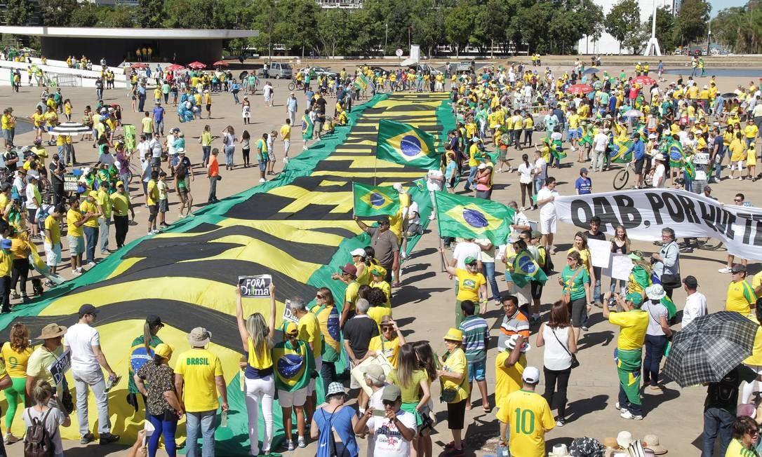 'Impeachment' era pedido em bandeira gigante estendida em Brasília Foto: Aílton de Freitas / Agência O Globo