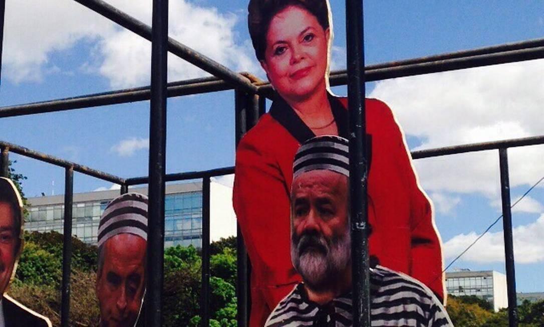 Em Brasília, foto de Dilma Rousseff aparecia ao lado de José Dirceu e outros na prisão Foto: Adriana Mendes / Agência O Globo