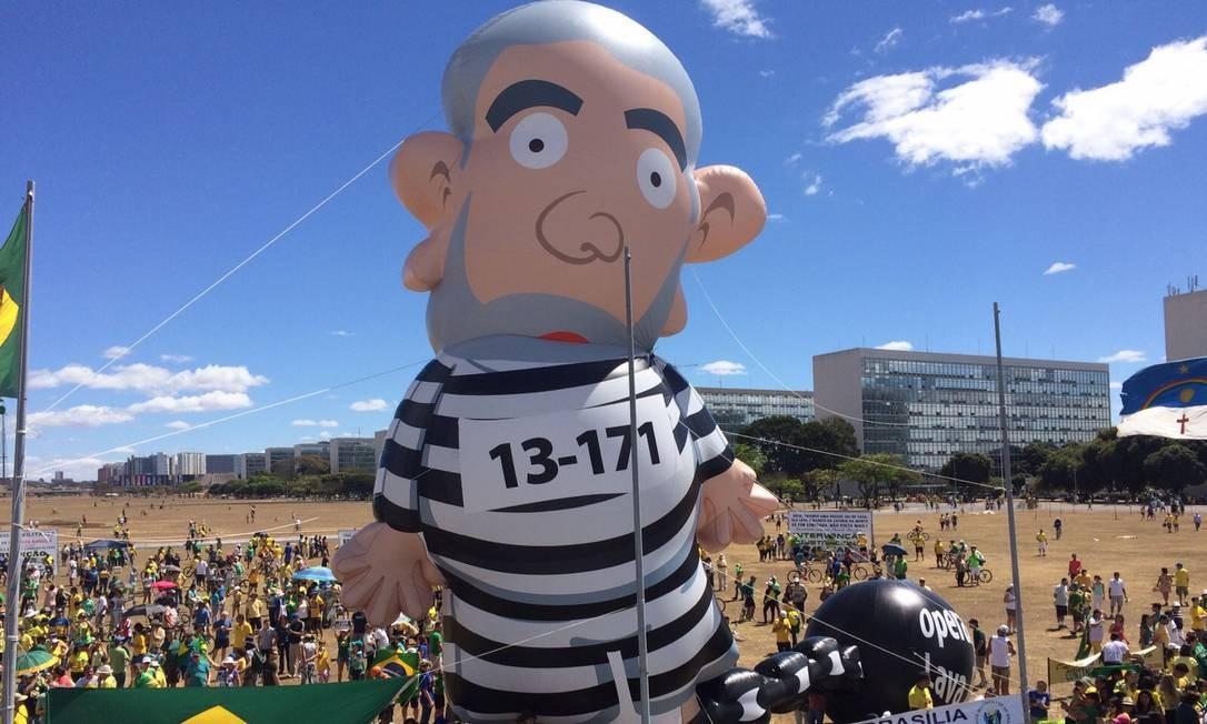 Boneco inflável de Lula com roupa de presidiário foi levado para protesto em Brasília Foto: André Coelho / Agência O Globo