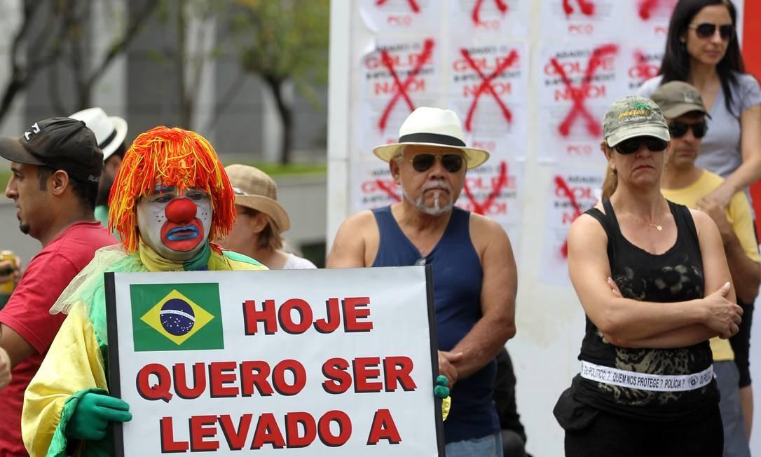 """Em São Paulo, palhaço levanta cartaz pedindo para ser """"levado a sério"""" Foto: Michel Filho / Agência O Globo"""