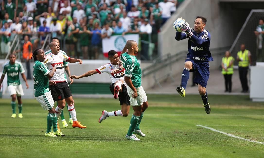 Fernando Prass sai do gol diante de Éverton: o goleiro salvou o Palmeiras em cabeçada de Guerrero no primeiro tempo Fernando Donasci / Agência O Globo