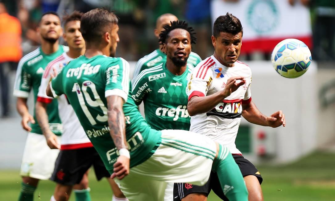 A alteração levou o time do Flamengo para o ataque Fernando Donasci / Agência O Globo