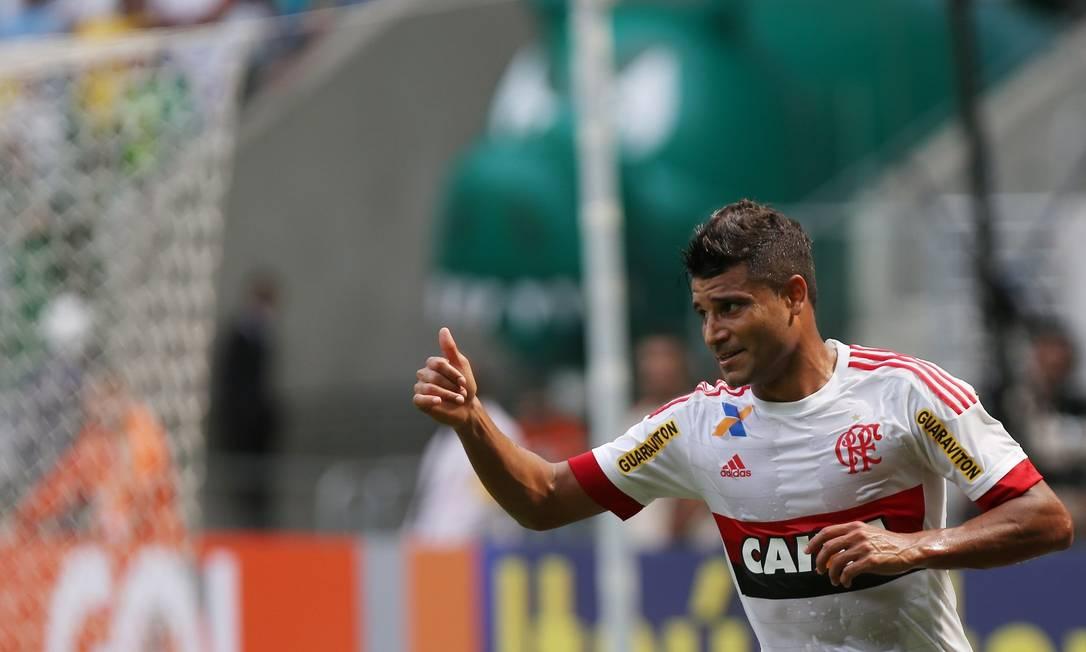 Ederson marcou dois gols em seis minutos e virou o jogo Fernando Donasci / Agência O Globo