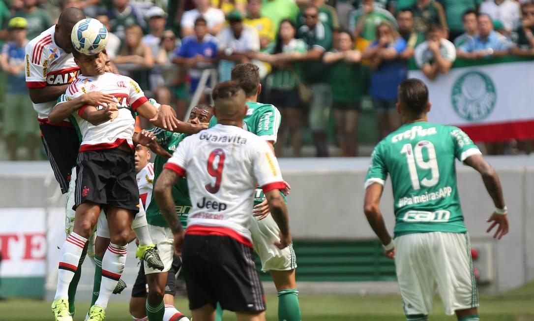 Mas a defesa do Flamengo ficou exposta: o time tomou três gols no segundo tempo Fernando Donasci / Agência O Globo