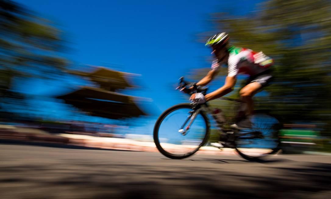 Ciclistas passam a cerca de 40km/h durante o Desafio Internacional de Ciclismo de Estrada no Rio Daniel Marenco / Agência O Globo