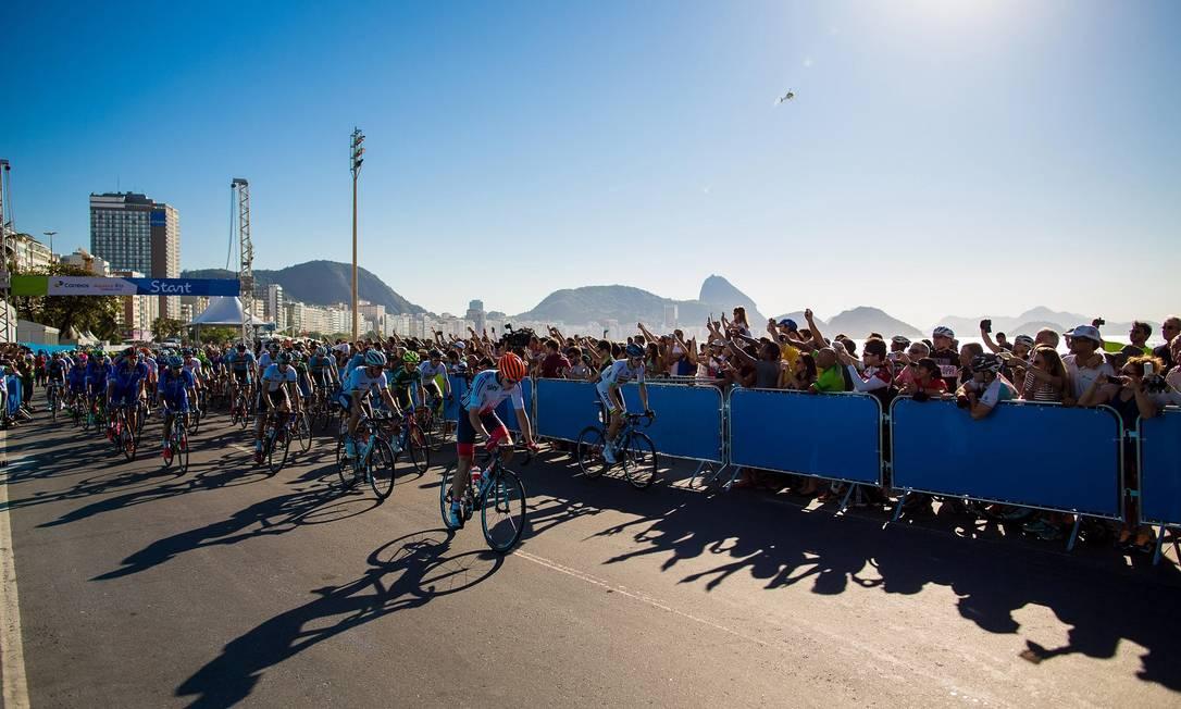 A largada aconteceu no Posto 5, na Praia de Copacabana, às 8h30m Daniel Marenco / Agência O Globo
