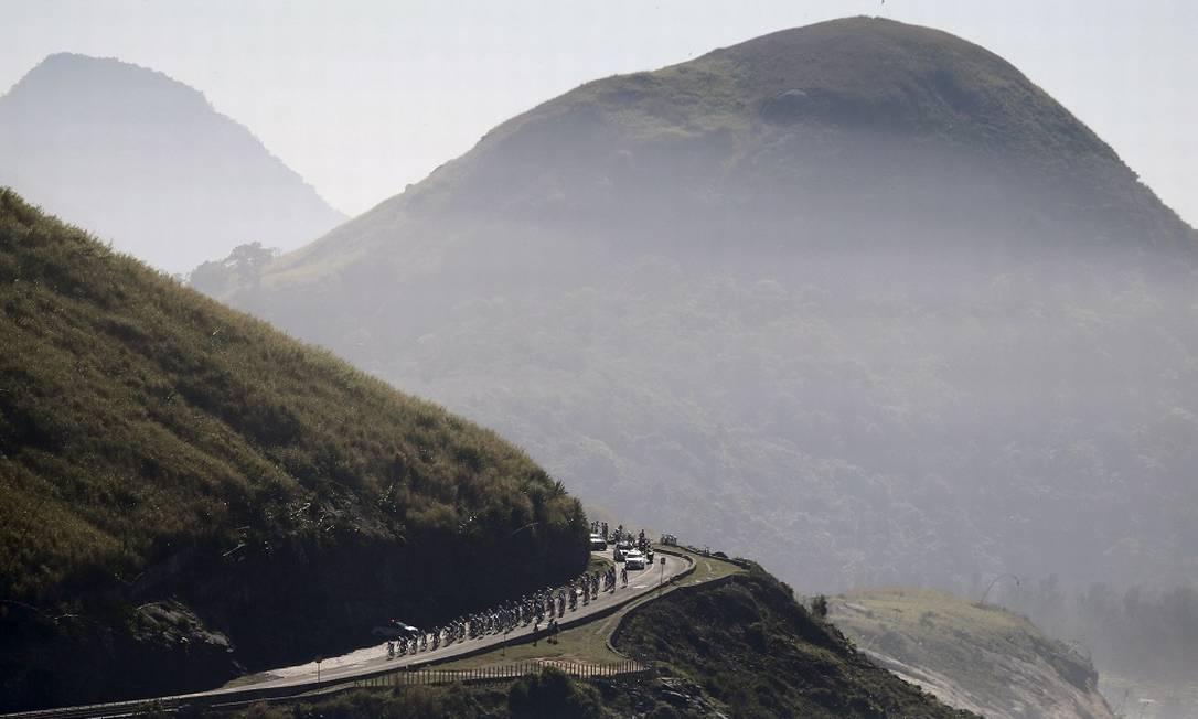 No percurso, cenários belíssimos do Rio: aqui, os ciclistas passam perto da Prainha SERGIO MORAES / REUTERS