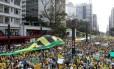 Milhares de pessoas ocupam avenida Paulista em protesto contra a presidente Dilma Rousseff.