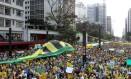 Milhares de pessoas ocupam avenida Paulista em protesto contra a presidente Dilma Rousseff. Foto: Michel Filho / Agência O Globo