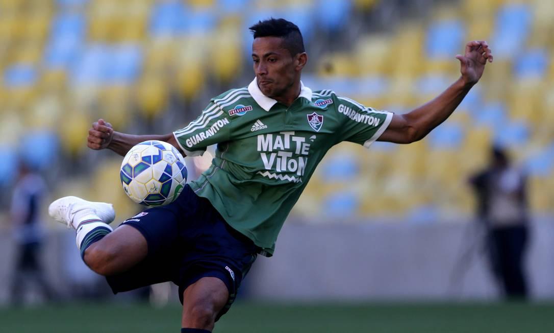 Cícero tenta o voleio na partida contra o Figueirense Rafael Moraes / Agência O Globo
