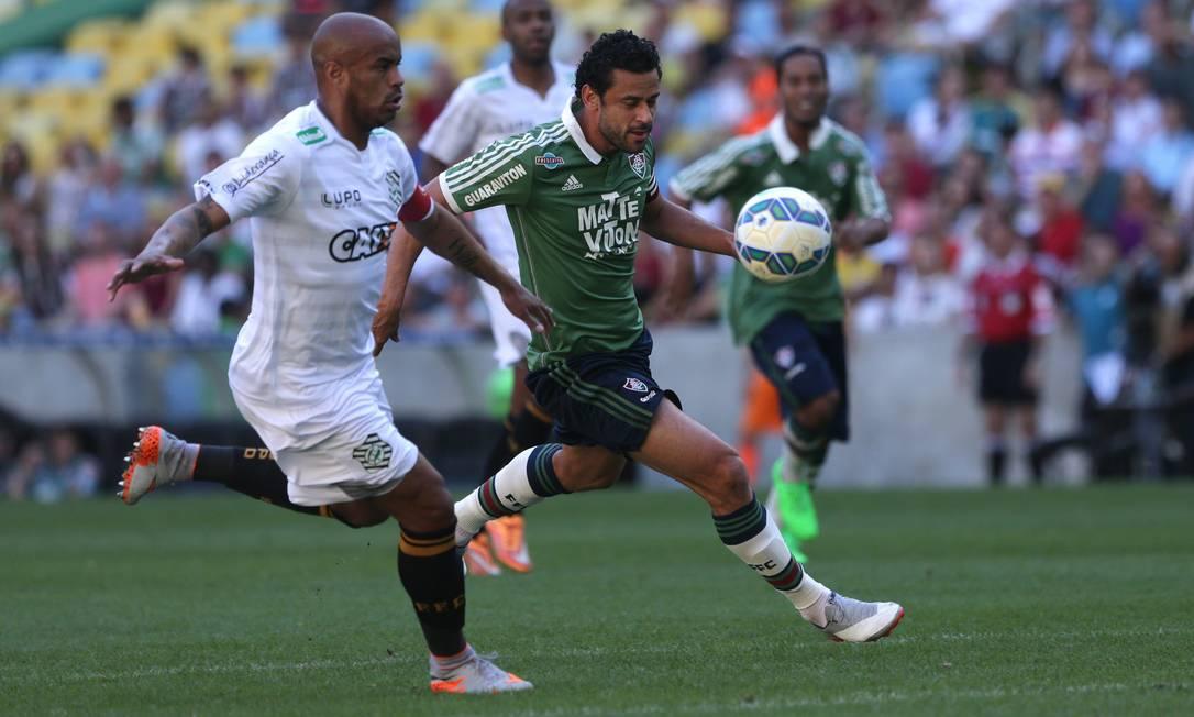 Fred tenta passar pela marcação do Figueirense Rafael Moraes / Agência O Globo