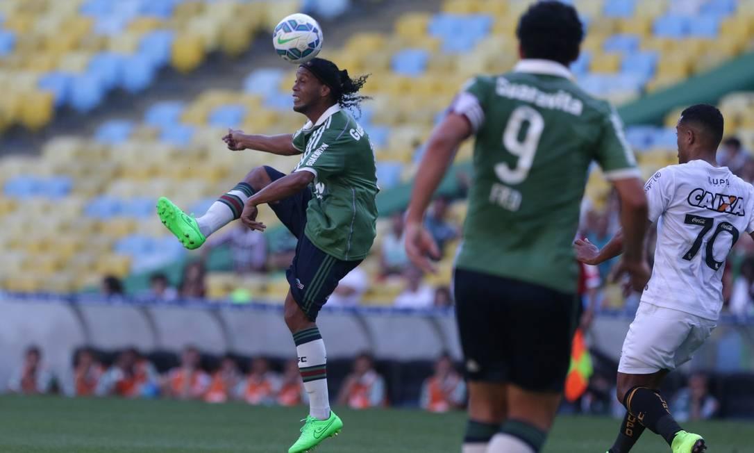 Observado por Fred, Ronaldinho domina a bola no Maracanã Rafael Moraes