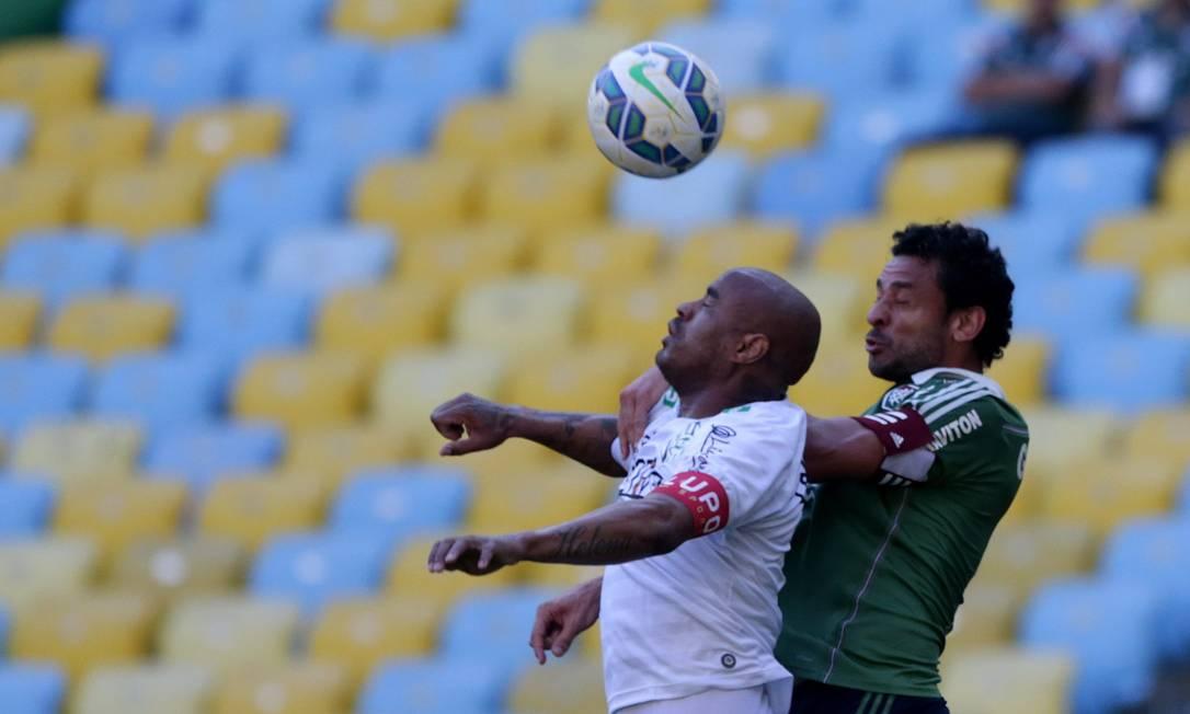Fred segura Thiago Heleno ao disputar a bola no alto Rafael Moraes / Agência O Globo