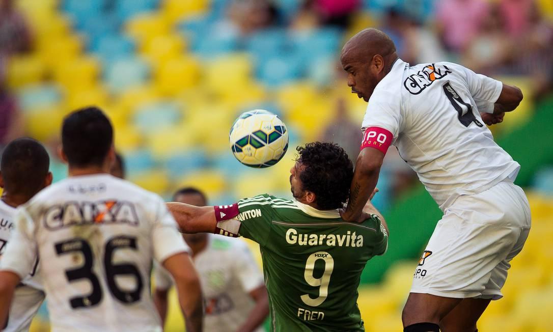 Fred sofre com a marcação do Figueirense Daniel Marenco / Agência O Globo