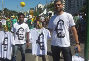 Designer vende camisas com imagem de Sergio