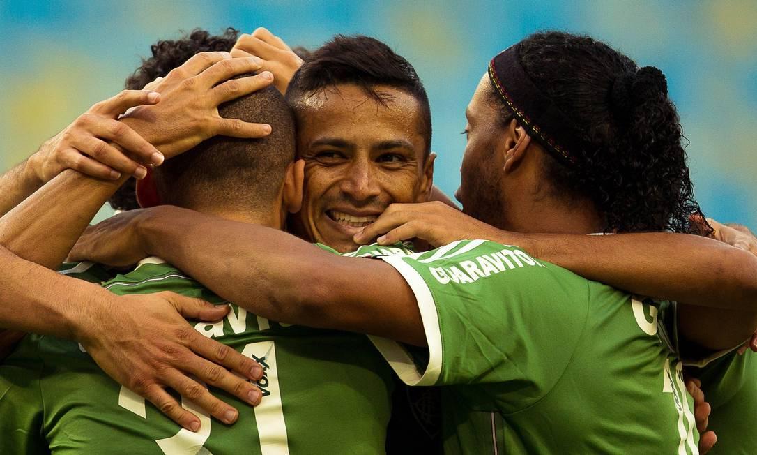 Cícero é abraçado ao fazer o gol de empate tricolor Daniel Marenco / Agência O Globo