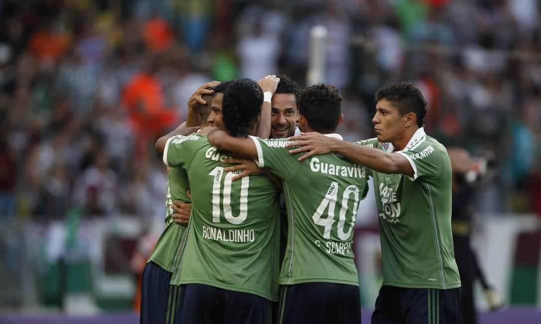 Fred é abraçado ao fazer o segundo gol do Flu Marco Antonio Rezende / Agência O Globo