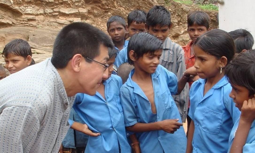Toyama conversa com crianças de uma escola da aldeia Kotra, no Rajastão, na Índia Foto: Arquivo Pessoal