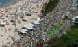 Protesto contra o governo na Praia de Copacabana reúne milhares de manifestantes