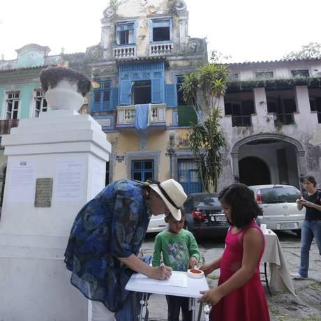 Moradores do Cosme Velho fazem abaixo-assinado pedindo revitalização do Largo do Boticário para moradia familiar Foto: Domingos Peixoto / O Globo