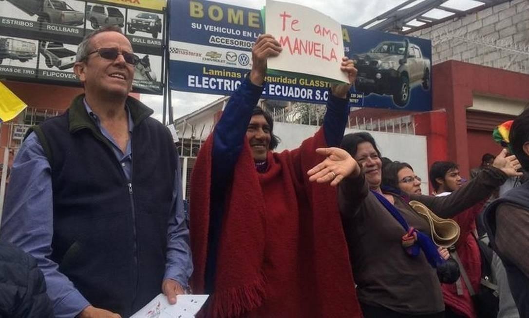 Pela liberdade: O dirigente Carlos Pérez (de vermelho), marido de Manuela Foto: El Comercio / Sofía Ramírez