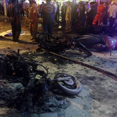 Cenário é de devastação na área próxima ao santuário de Erawan em Bangcoc Foto: AIDAN JONES / AFP