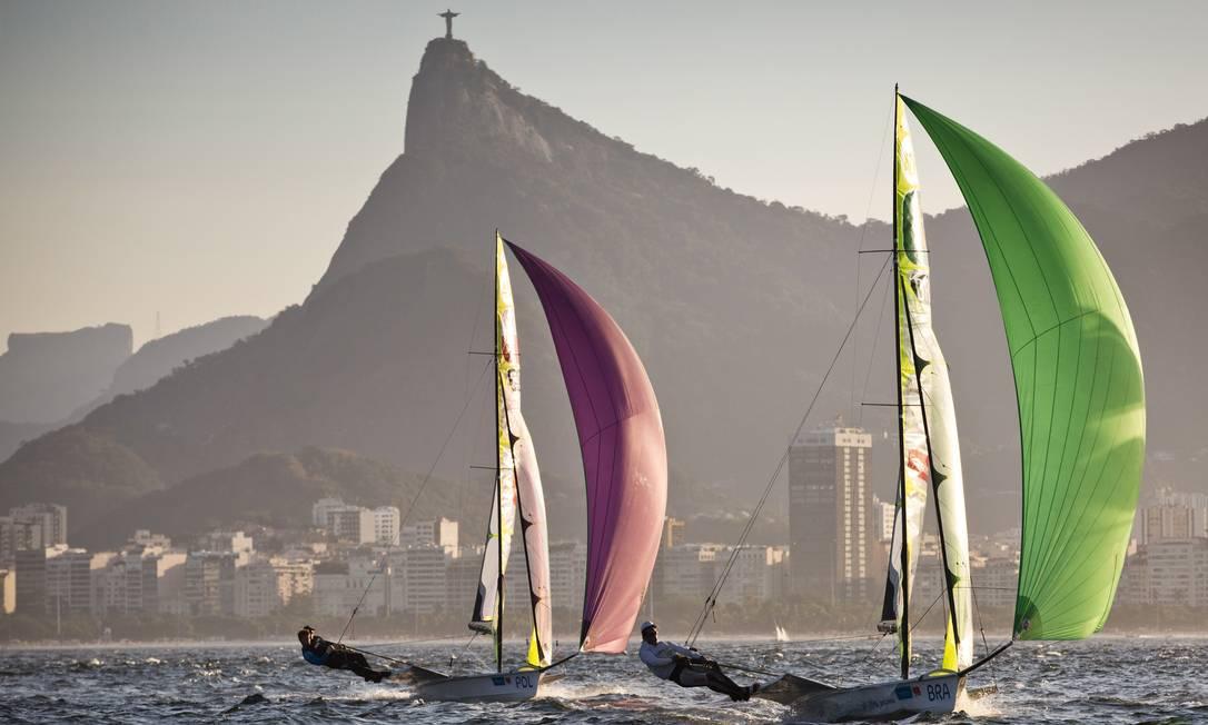 Na classe 49er, os velejadores Marco Grael e Gabriel Borges na disputa do Aquece Rio da vela Guito Moreto / Agência O Globo