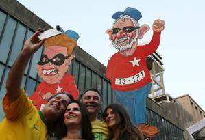 Protesto em São Paulo teve cartaz de Dilma e Lula Foto: Fernando Donasci / Agência O Globo