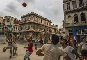 O basquete é uma das diversões nas ruas da capital Foto: MERIDITH KOHUT / NYT