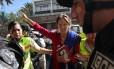 Jornalista franco-brasileira Manuela Picq foi absolvida de deportação após ter visto cancelado