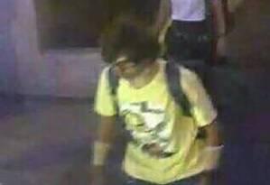 Imagem divulgada pela polícia tailandesa mostra suspeito vestindo uma camiseta amarela perto do santuário de Erawan antes da explosão Foto: AP