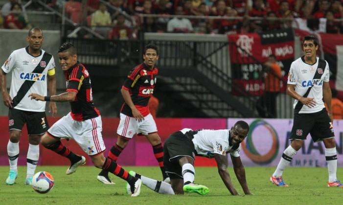 Sandro Silva, caído, erra saída de bola e vê Everton arrancar para o gol na vitória do Flamengo sobre o Vasco na Arena da Amazônia Foto: Gilvan de Souza / Divulgação/ Flamengo