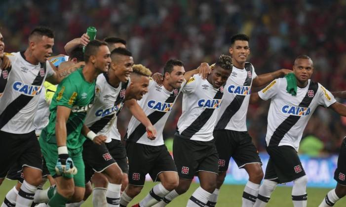 Com Gilberto, autor do gol, ao centro, jogadores do Vasco festejam o 1 a 0 sobre o Flamengo que lhes deu a vaga à final do Campeonato Carioca Foto: Márcio Alves / Agência O Globo