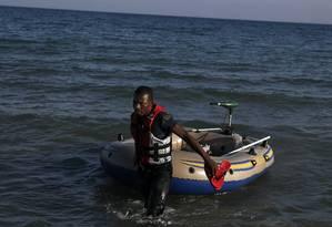 Um imigrante vindo das Ilhas Maurício puxa um barco momentos depois de chegar nà ilha grega de Kos Foto: ALKIS KONSTANTINIDIS / REUTERS