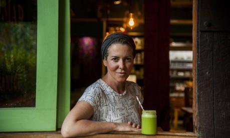 A chef Andrea Henrique ensina a receita do suco verde Foto: Adriana Lorete / Agência O Globo